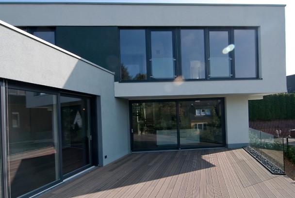 Einfamilienhaus im stil der klassischen moderne holle for Moderne stadtvilla mit doppelgarage